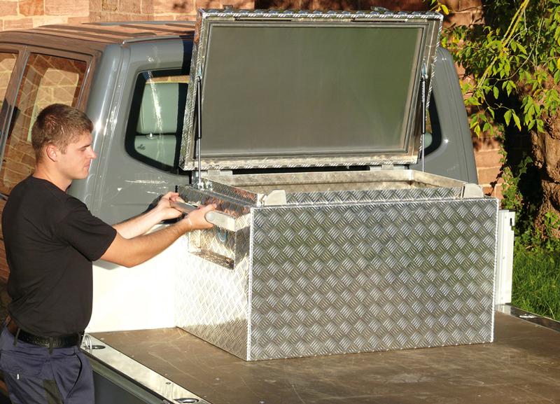 Pritschenbox aus Aluminium mit Klappgriffen