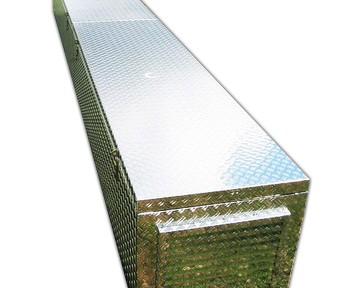 Lange Alubox mit Luftschlitzen